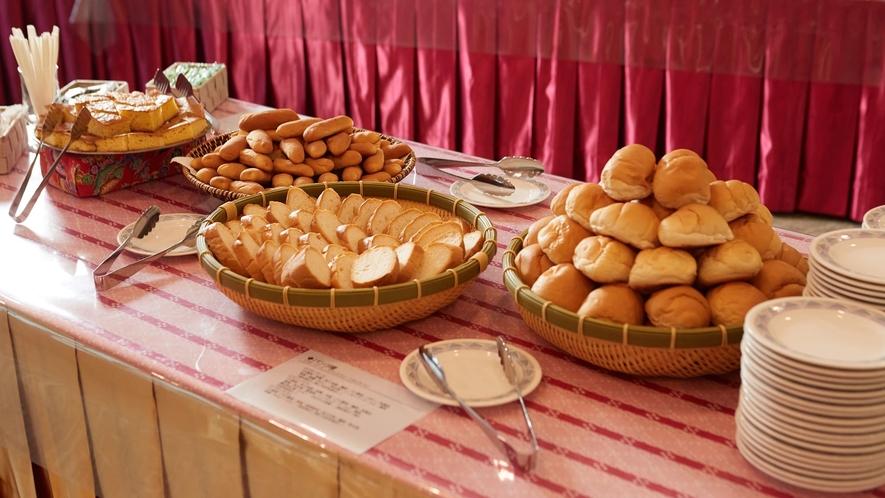 ご朝食一例/朝食にぴったりのパンを数種類ご用意。いくつでもお召し上がりください。