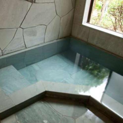 【客室石風呂】天然温泉を引いた伊豆石の内風呂を完備。お部屋でゆっくり過ごしたい方にも嬉しいところ