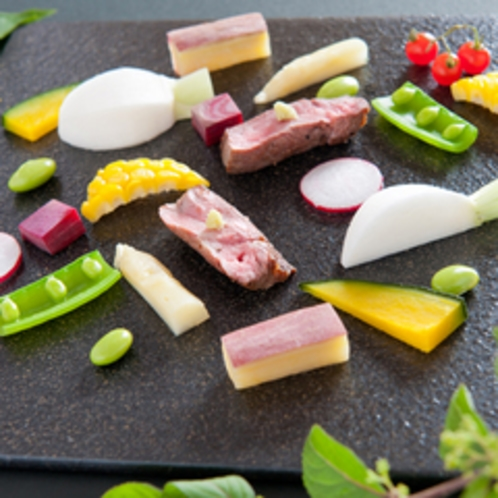 【月替懐石料理一例】旬の地野菜を使った彩り鮮やかな一皿。素材そのものの持つ旨みを存分に楽しめます