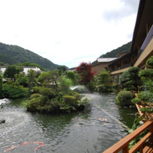 【池泉庭園】自然の山水の景色を写してつくられる伝統的な日本庭園。季節ごとの様々な表情を楽しめます