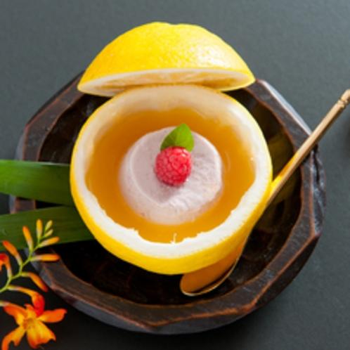 御口直しは季節のデザートで。柑橘系のさっぱりとした後味は料理の〆にぴったりです