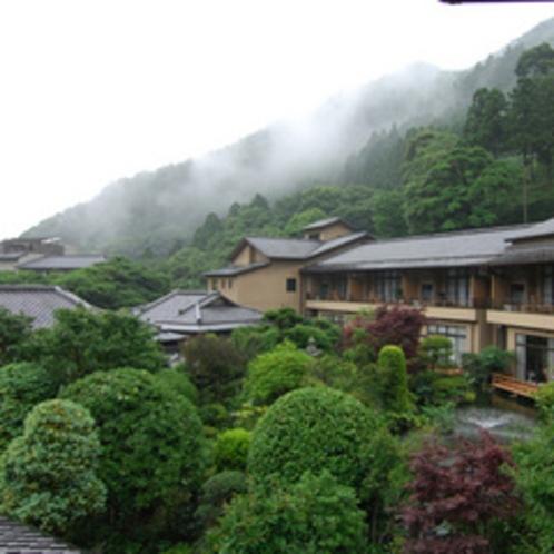 【外観】美しい日本庭園を囲む数寄屋造りの建物。各部屋から中庭や河原のせせらぎを眺めることができます