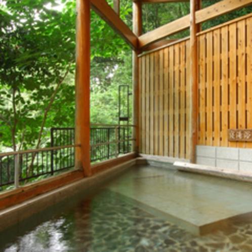 【貸切/静の湯】檜を枕に寝湯浴を。荻ノ入川の澄んだ流れに、心も体もリフレッシュ。動の湯と同様に貸切も