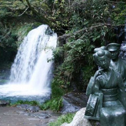 【河津七滝】天城山麓にある河津川沿いの7つの滝。初景滝の「踊り子と私」像はフォトスポットに