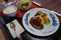 選べる夕食プランのハンバーグ定食のお写真です。