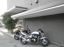 【バイク・自転車兼用駐輪場】ホテル正面