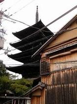 2階の窓から見た「八坂の塔」です。