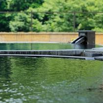 こんこんと湧き出でる、箱根湯本温泉。源泉掛け流しのお風呂も。