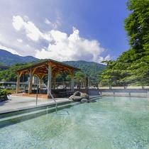箱根の豊かな四季を望みながら、温泉を楽しむ贅沢なひととき