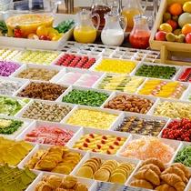 【朝食ブッフェ】彩り豊かに、たくさんの料理が目を引く朝食ビュッフェ。