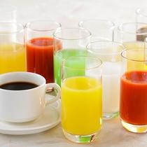 【朝食ブッフェ】コーヒー・紅茶にフレッシュジュースも多数ご用意しています。