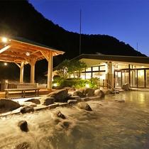 【天空大露天風呂】夜には、月明かりや満点の星空も。