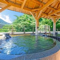 箱根の山々を望む開放感抜群の絶景湯浴み。屋根付きなので、小雨や小雪の日も、また格別の風情を味わえます