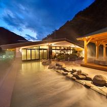 山の端の移ろいゆく自然美と、夜にはライトアップで幻想的な湯船が楽しめる。