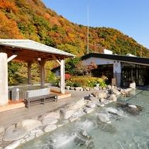 【天空大露天風呂】箱根の豊かな四季を眺めながら、湯浴みをお愉しみいただけます。