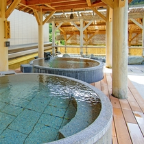 あずま屋にある円形の石風呂は、源泉掛け流し。