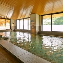 【大浴場】湯船に浸かりながら、のんびりと箱根の自然をお愉しみいただけます。