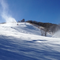 スノーマシンでゲレンデに雪を作っている様子(2)
