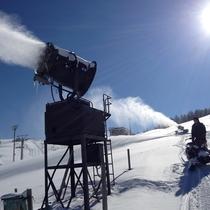 スノーマシンでゲレンデに雪を作っている様子(1)