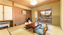 *山側和室10畳/広々とした和室でのんびりお寛ぎください。