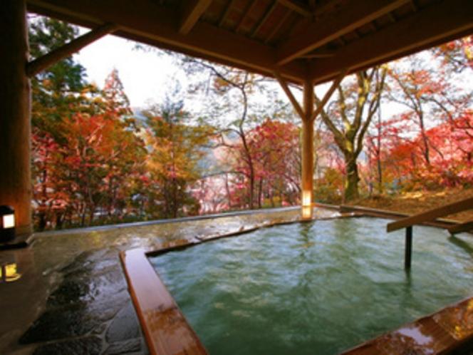 紅葉が見渡せる貸切露天風呂「茜の湯」(秋)
