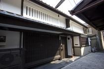純白の漆喰壁に黒の京格子と堂々たる趣。