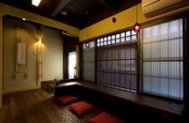 入口には現代風に工夫を施された出迎えの場。