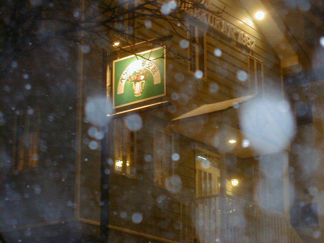 雪とライトアップされたペンション夢空館
