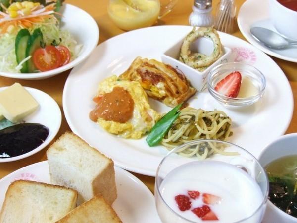 10品の朝食は彩り綺麗な食卓
