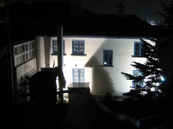 ライトアップされてるイギリス領事館の裏