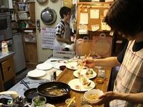 オープンキッチンから出されるフルコースディナー