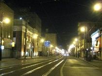 夜の路面電車の通り十字街から末広町