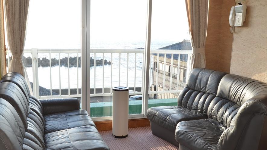 *3Fにある喫煙所からは海が望めます。天気の良い日には夕日も楽しめます。