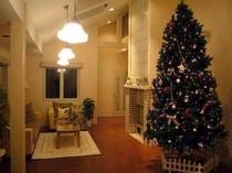 3メートルのクリスマスツリーと暖炉、可愛らしい雑貨小物で飾られた、心が安らぐラウンジ