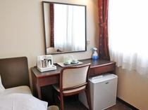 【客室:ツインルーム】机は窓側配置で明るく使い勝手良く