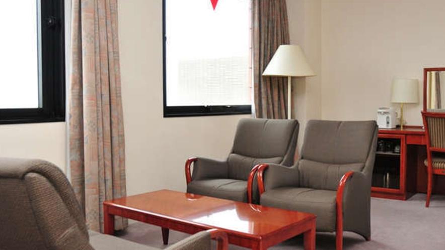 【DX洋室】ちょっと広めの洋室にはソファーがあるリビングルームもございます。