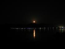 香住湾と満月