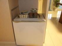 各お部屋に常設された冷蔵庫、冷たいものの保存にどうぞ!