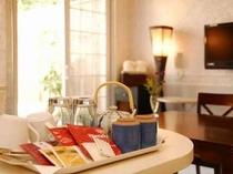 お部屋には、到着後、ホット喉を潤すうれしいお茶やコーヒーのセットをご用意しております