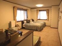 2階の展望風呂付き客室の寝室とダイニング(約16畳)、ごゆっくりお寛ぎください。