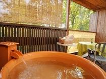 露天風呂付き客室の露天風呂、お好きなときに、お好きなだけ、露天風呂を満喫してください。