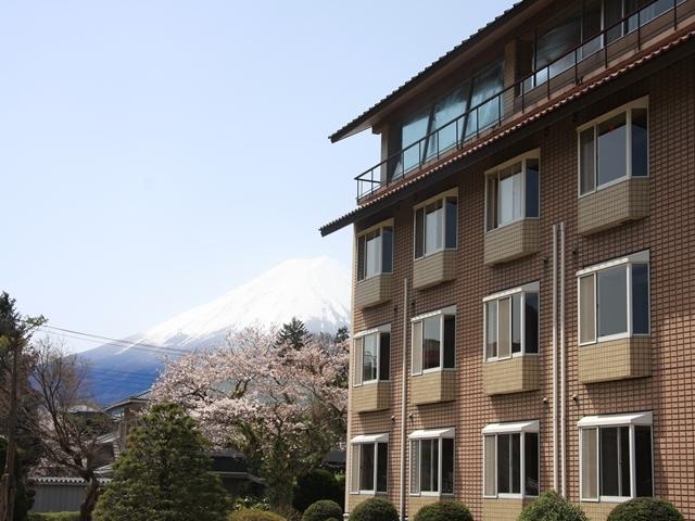 南館と富士山と桜