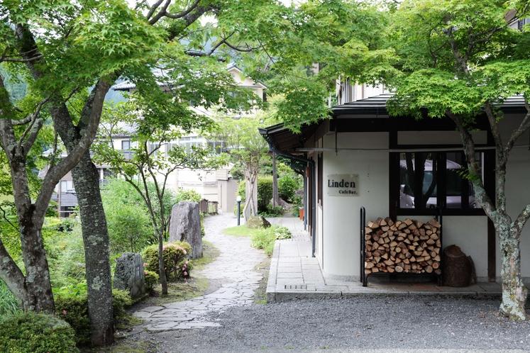 【外観】花合野川に沿った旅館玄関へのアプローチ