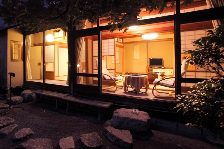 【和室10〜14帖一例】広々とした和室です。お部屋からは花合野川と庭園がご覧いただけます。