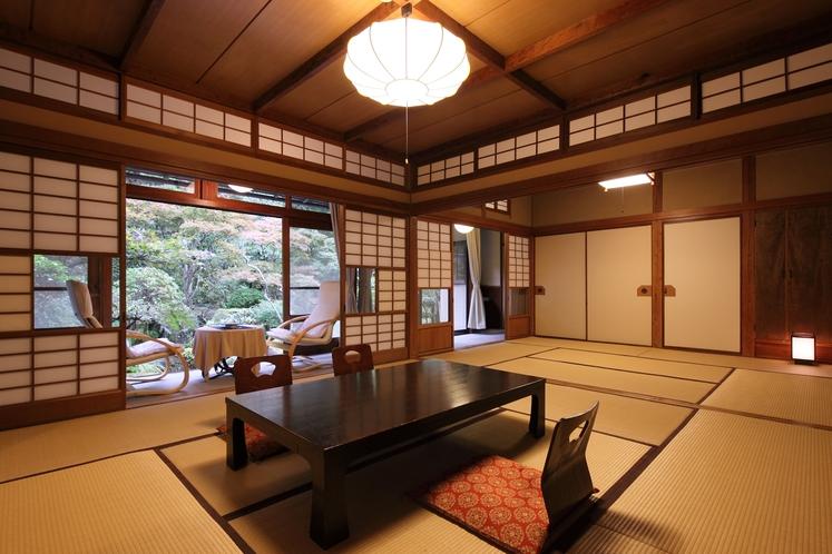 【和室10〜14帖一例】広々とした和室です。お部屋からは花合野川または庭園がご覧いただけます。