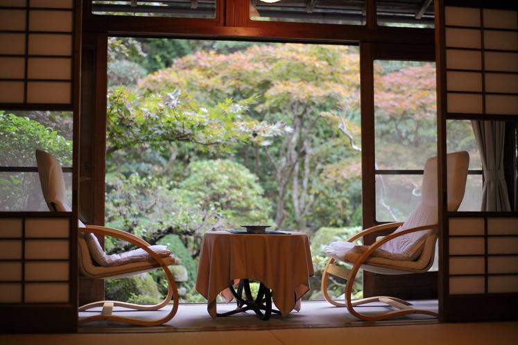 お部屋からは清流花合野川または庭園がご覧いただけます。