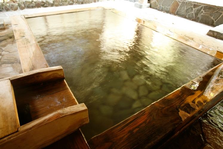 【露天風呂(女湯)】大浴場に併設された露天風呂では庭園と滝を眺めることができます。