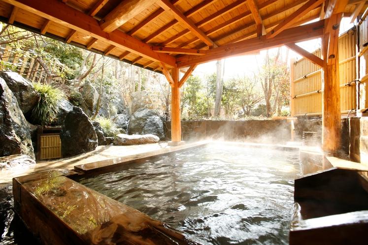 【露天風呂(男湯)】大浴場に併設された露天風呂では庭園と滝を眺めることができます