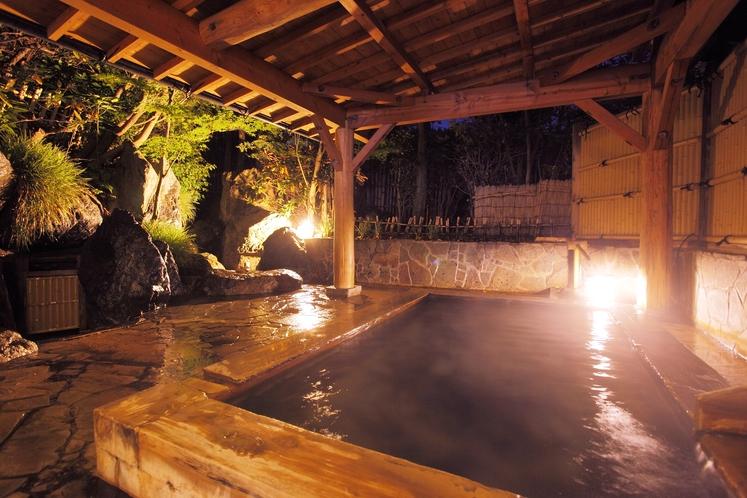 【露天風呂】ライトアップされた夜の男性用露天風呂