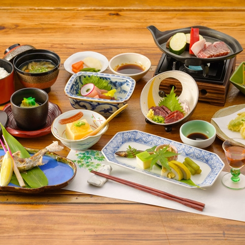 【夕食/一例】あか牛の阿蘇王・馬刺し・岩魚など阿蘇の食材にこだわった会席料理をお召し上がりください